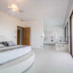 grande chambre au design blanc épuré