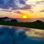 piscine et soleil couchant en Corse
