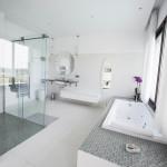 grande salle de bain lumineuse en villa