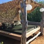lit avec bois flottés dans le jardin