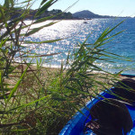 kayak posé sur le sable à l'isolella